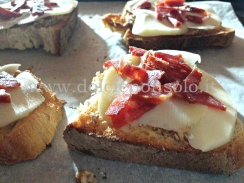 Bruschette con salsa di noci, scamorza, salsiccia e funghi