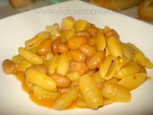 Pasta e patate con salsiccia e fagioli